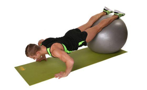 Отжимания с фитнес-мячом